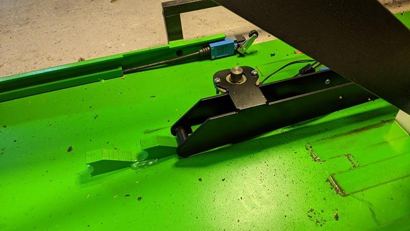 Anti drop mechanism on the scissor lift