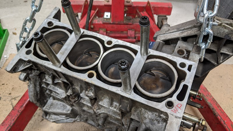 MI16 XUJ94 bottom end with liner retainers in place